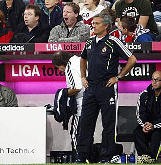 Mourinho en la banda durante el partido amistoso ante el Bayern en el Allianz Arena de Munich