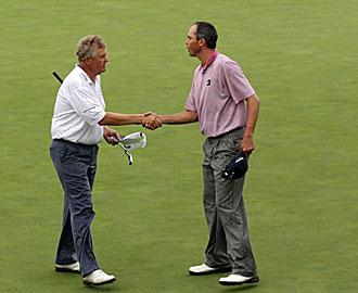 Colin Montgomerie saluda al l�der Matt Kuchar tras concluir ambos su partido de la segunda jornada del PGA