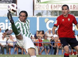 Sergio García intenta controlar un balón en un amistoso contra el Osasuna.