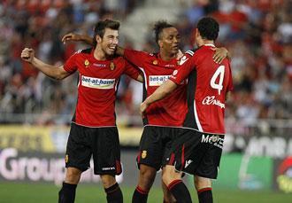 Nsue celebra con sus compa�eros su gol frente al Atl�tico