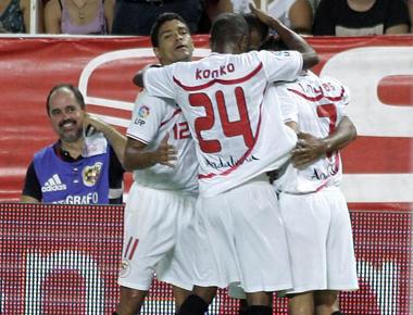 Los jugadores del Sevilla celebran un gol en la Supercopa.