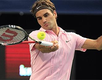 Federer devuelve un golpe en el partido contra Djokovic