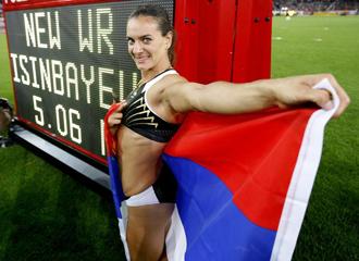 Yelena Isinb�yeva posa junto a su marca que le da el record mundial de p�rtiga.