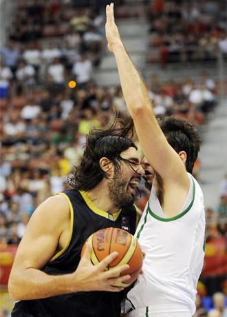 Scola intenta penetrar ante la oposici�n de Giovannoni.
