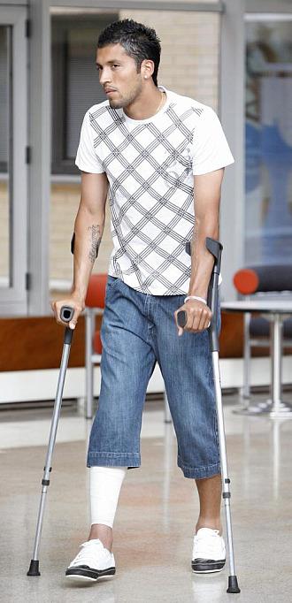 Garay a su llegada al Hospital, visiblemente abatido.