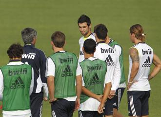 Mourinho da indicaciones a su plantilla en un entrenamiento.