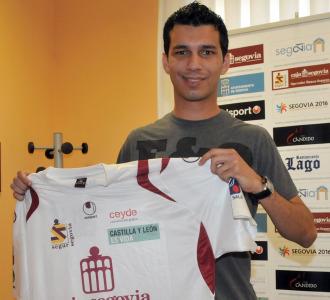 El jugador pos� feliz con la camiseta de su nuevo equipo