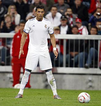 Cristiano Ronaldo se prepera para lanzar una falta en el amistoso con el Bayern.