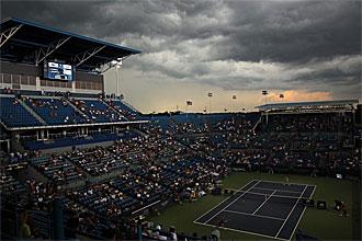 Clijsters y Sharapova disputan el partido bajo la amenaza de la lluvia.