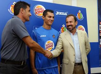 M�chel y �ngel Torres se estrechan la mano ante la mirada de Casquero.