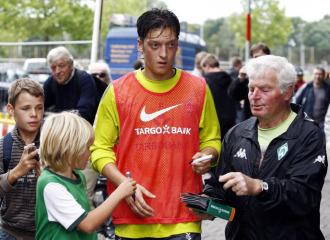 Mesut �zil, tras el entrenamiento de este lunes con el Werder Bremen.