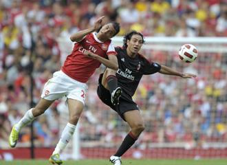 Nesta defiende un bal�n durante la Emirates Cup.