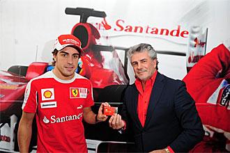 Fernando Alonso recibe la tarjeta Ferrari de Banco Santander durante el Gran Premio de F1 de Espa�a de manos de Enrique Garc�a Candelas, director general y responsable de Banca Comercial Espa�a de la entidad.