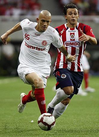 Cardoso y Arellano, en un lance del partido de ida disputado en Guadalajara.