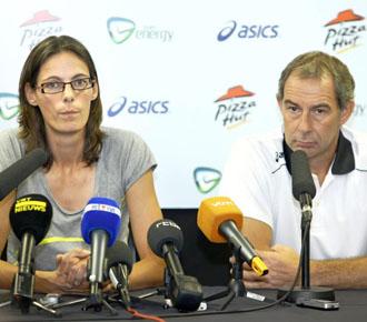 Hellebaut anuncia su pr�xima maternidad en rueda de prensa, acompa�ado por su compa�ero y entrenador Wim Vandeven.