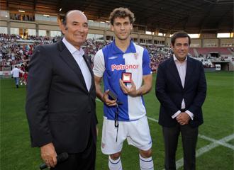Llorente recibió la insignia por parte del equipo local en reconocimiento a la medalla de oro que el riojano logró en Sudáfrica