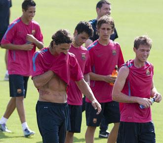 Alexander Hleb, el primero del grupo, se ejercita en estos d�as de pretemporada con el Barcelona a la espera de una salida.