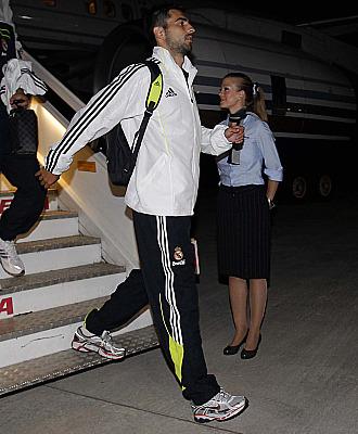 Albiol, a la llegada a Barajas tras el partido ante el Standard