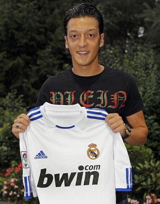 Mesut �zil posa con la camiseta del Real Madrid para MARCA una vez cerrado el acuerdo entre ambos clubes.