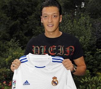 �zil pos� con la camiseta del Real Madrid, tras cerrarse el traspaso del alem�n al equipo blanco.