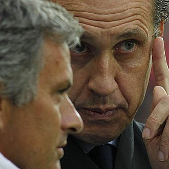 Valdano y Mourinho conversan en los minutos previos al amistoso entre el Standard de Lieja y el Real Madrid.