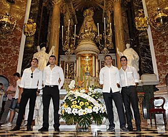 Los cuatro capitanes del Valencia realizan la ofrenda floral a la patrona.