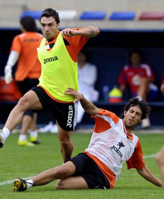 Colunga y Parejo disputan un bal�n en un entrenamiento.