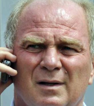 Hoeness, hablando por tel�fono.