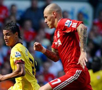Skrtel persigue a un contrario en un partido de la Premier League con el Liverpol en la temporada pasada.