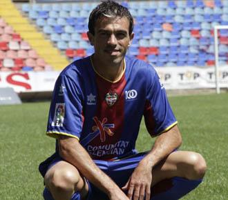 Javi Venta se ha puesto su nueva camiseta y ha dado unos toques en el campo.