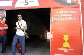 Negredo saliendo a Barcelona para disputar la Supercopa