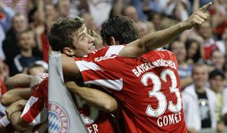 M�ller y G�mez celebrando el gol del primero