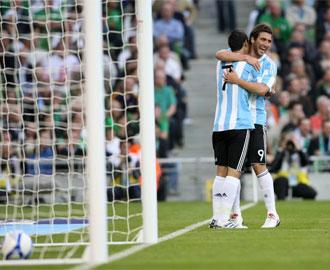 Higua�n y De Mar�a celebran un tanto argentino en su �ltimo amistoso.