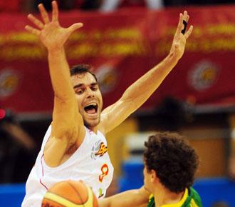 Jos� Manuel Calder�n defiende a un jugador lituano en un partido de preparaci�n de la selecci�n espa�ola para el Mundobasket de Turqu�a 2010.