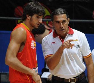 Sergio Scariolo da instrucciones a Ricky Rubio en un partido amistoso de preparaci�n para el Mundobasket de Turqu�a 2010.