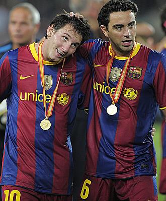 Messi es felicitado por el otro gran protagonista del encuentro, Xavi Hern�ndez