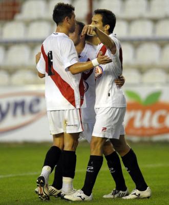 Los jugadores rayistas celebran su primer tanto, obra de Armenteros.