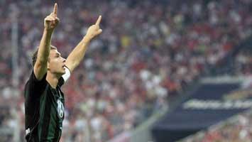Dzeko celebrando su gol contra el Bayern
