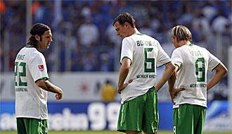 Varios jugadores del Werder Bremen cabizbajos tras encajar un gol del Hoffenheim.