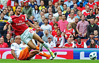Chamakh, delantero franc�s del Arsenal, cae derribado por Baptiste, defensa del Blackpool.
