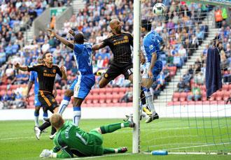 Anelka en el momento en el que marca su segundo gol y tercero del Chelsea
