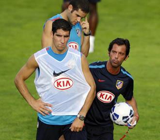 Quique, da instrucciones durante una sesi�n de entrenamiento del Atl�tico de Madrid.
