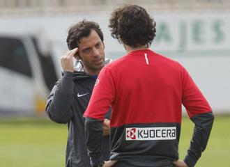Quique habla con Tiago en un entrenamiento.