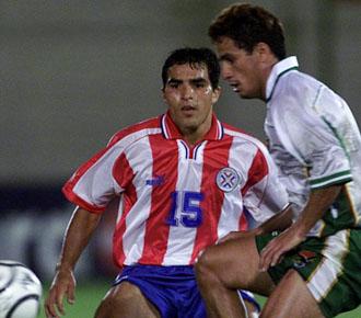 Claudio Morel marca a un rival con la selección Paraguaya.