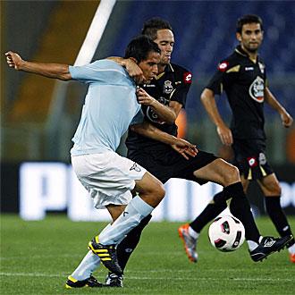 Michel agarra a Ledesma durante el partido de este domingo en el Ol�mpico de Roma.