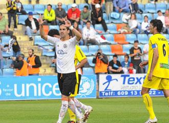 El goleador Linares celebra un gol contra el Cartagena