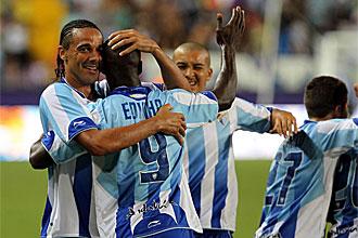 Los jugadores del M�laga celebran el tanto del triunfo.