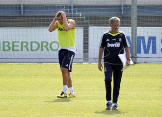Benzema y Mourinho durante un entrenamiento