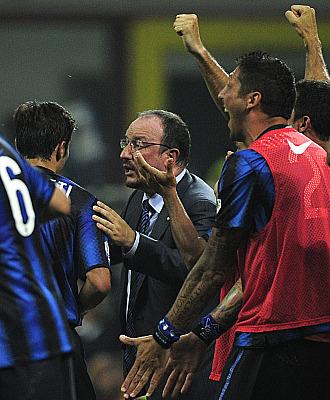 Ben�tez da instrucciones a Zanetti mientras el banquillo celebra el t�tulo