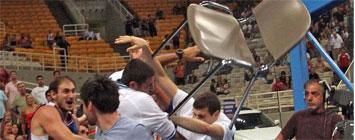 Krstic, tirando la silla a Borousis
